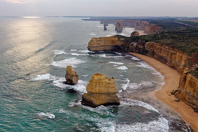 12 Apostles by Michael J Fromholtz [CC BY-SA 4.0 (https://creativecommons.org/licenses/by-sa/4.0)]