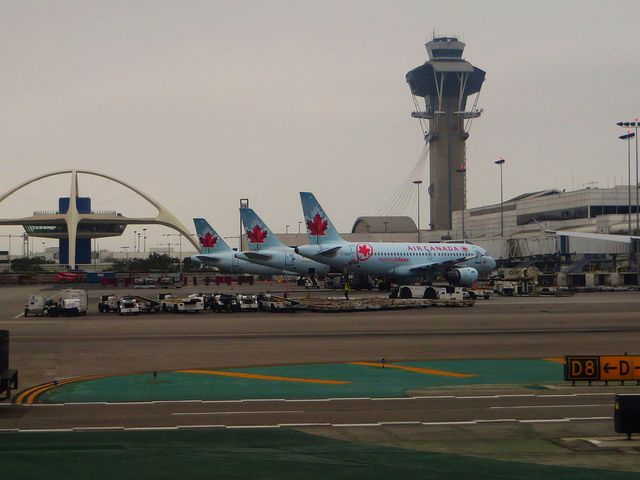 Air Canada at LAX by https://www.flickr.com/photos/kenlund/