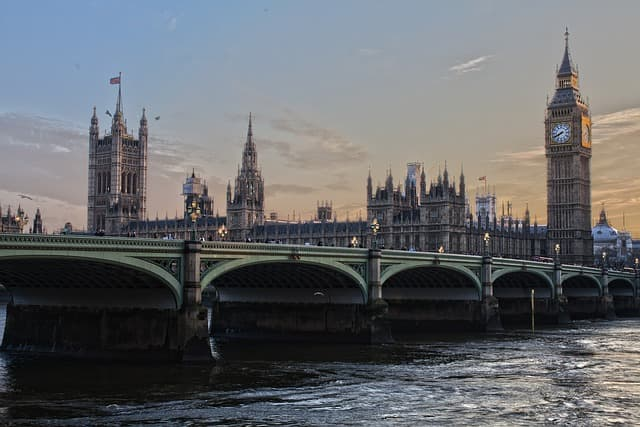 London via https://pixabay.com/photos/london-parliament-england-ben-ben-530055/